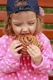 パンを食べる少女